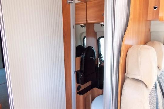 globecar-roadscout-r-washroom.JPG