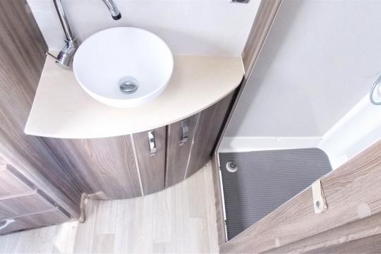 auto-sleepers-broadway-eb-washroom.JPG